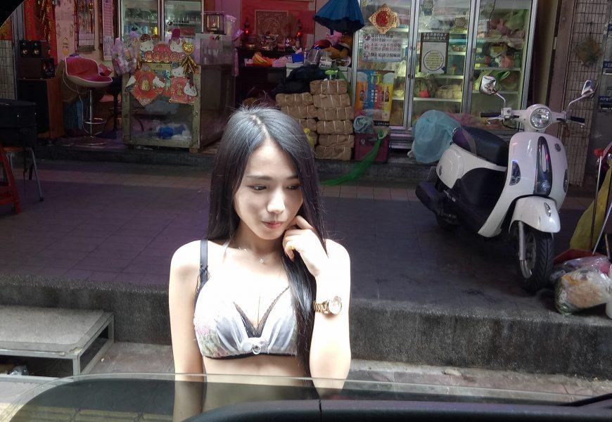 深V檳榔妹雪球攻擊 老司機暴動:嫂子在後面