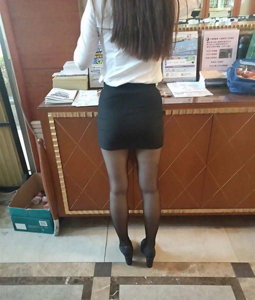 有美腿有黑絲襪就給讃!秘書穿窄裙翹腳 大腿根若隱若現超犯規
